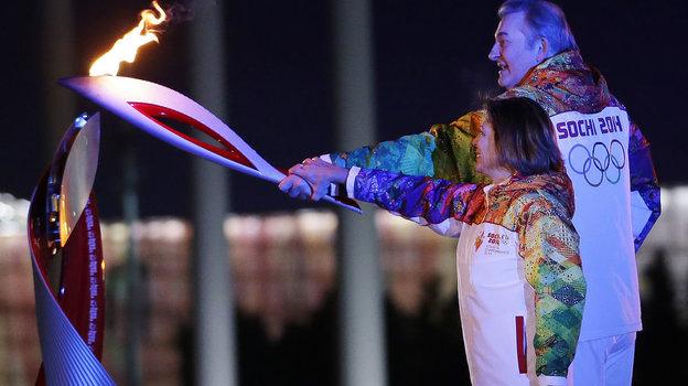 7 февраля 2014 года. Сочи. Ирина Роднина и Владислав Третьяк зажигают олимпийский огонь Игр. Фото AFP