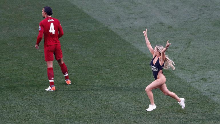 1июня 2019. Мадрид. Прорыв женщины вкупальнике наполе вфинале Лиги чемпионов «Тоттенхэм»— «Ливерпуль». Фото Reuters