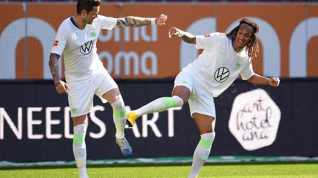 Самый безопасный способ выражения радости демонстрируют игроки «Вольфсбурга» Даниэль Гинчек (слева) иКевин Мбабу. Фото AFP