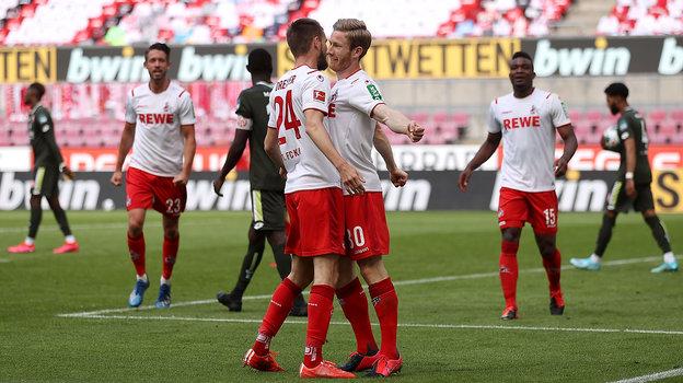 Футболист «Кельна» Флориан Кайнц (справа) хоть иразвел руки всторону, все равно оказался очень близко кпартнеру вовремя празднования гола. Фото AFP