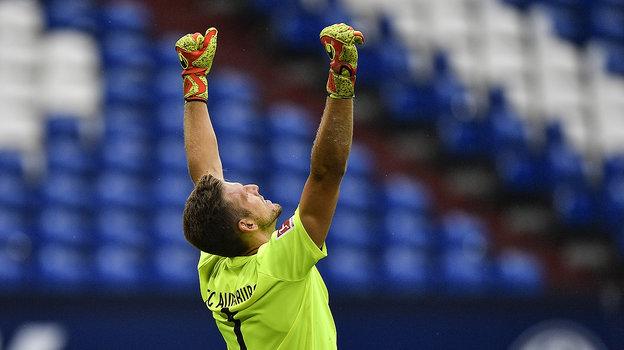 Лучше всего радоваться водиночестве, как голкипер «Аугсбурга» Андреас Луте. Фото AFP