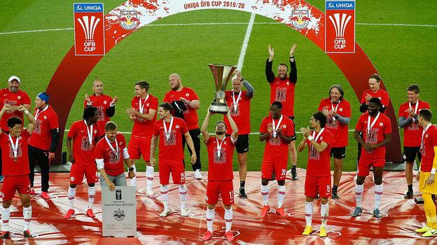 Футболисты австрийского «Ред Булла» соблюдают нужное расстояние друг отдруга даже вовремя награждения после победы вКубке. Фото AFP