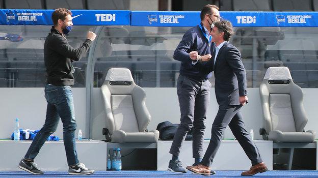 Натренерской скамейке «Герты»— почти полный порядок: маски илокоточки. Только главный тренер Бруно Лаббадиа, как имногие его коллеги, пренебрегают индивидуальным средством защиты. Фото Reuters
