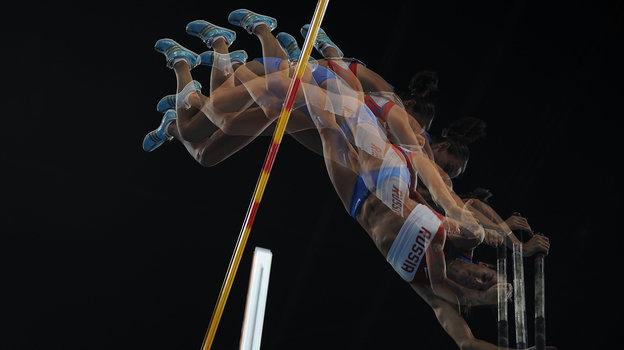 2008 год. Чемпионский прыжок Елены Исинбаевой наОлимпиаде вПекине покадрам водном фото. Фото AFP