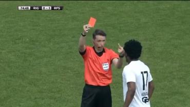 Латвийский арбитр показал средний палец темнокожему футболисту. Что произошло?