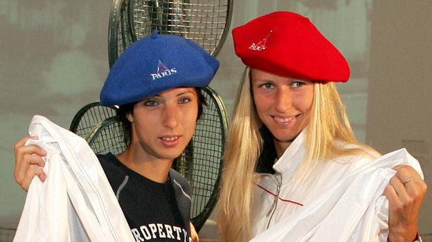 4июня 2004 года. Париж. Российские теннисистки Анастасия Мыскина иЕлена Дементьева перед финалом Roland Garros. Фото Reuters