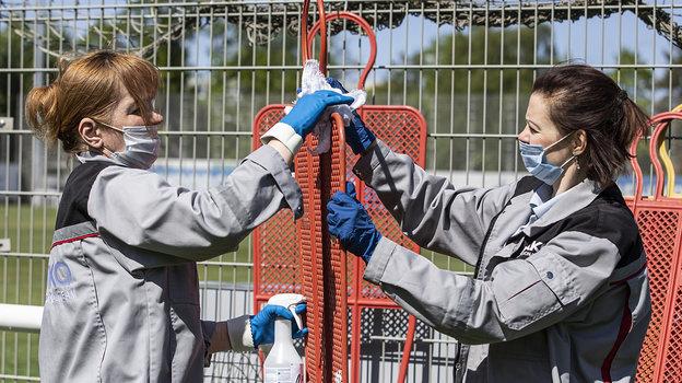 4июня. Санкт-Петербург. Сотрудники базы проводят дезинфекцию инвентаря. Фото Анна Мейер, ФК «Зенит»
