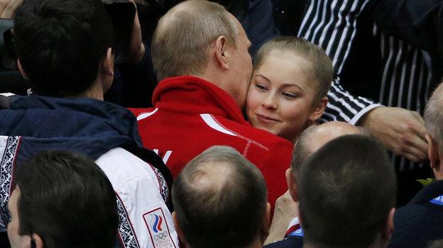 Поцелуй отПрезидента России заяркое выступление фигуристки вСочи. Фото Reuters