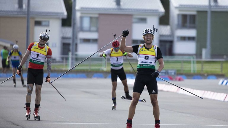 Клемен Бауэр (номер 6) финиширует на чемпионате мира по летнему биатлону. Фото IBU