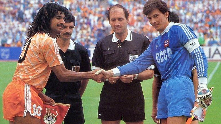 1988 год. Чемпионат Европы. Финал. Голландия— СССР— 2:0. Капитаны команд Рууд Гуллит иРинат Дасаев (справа). Фото -