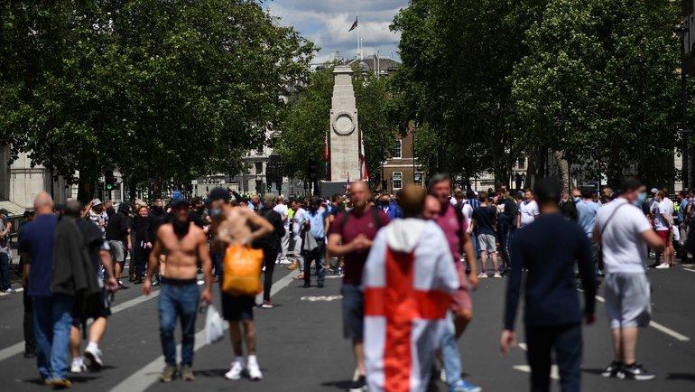 ВАнглии футбольные фанаты дерутся сполицией. Фото AFP