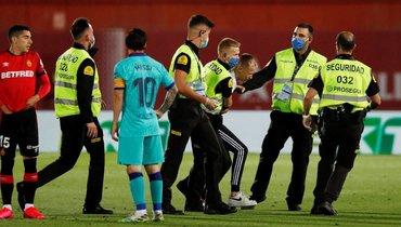 Вовремя матча «Мальорка»— «Барселона» наполе выбежал болельщик
