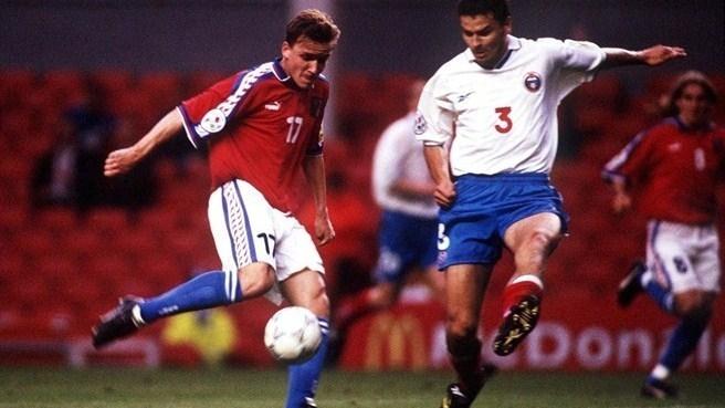 19 июня 1996 года. Россия - Чехия - 3:3. Владимир Шмицер (слева) и Юрий Никифоров. Фото УЕФА