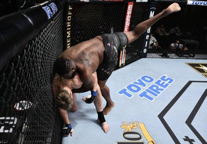Россиянин Александр Волков проиграл американцу Кертису Блейдсу. Фото UFC.