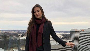 Жена Овечкина показала свои любимые фотографии: длинные ноги икожаная юбка