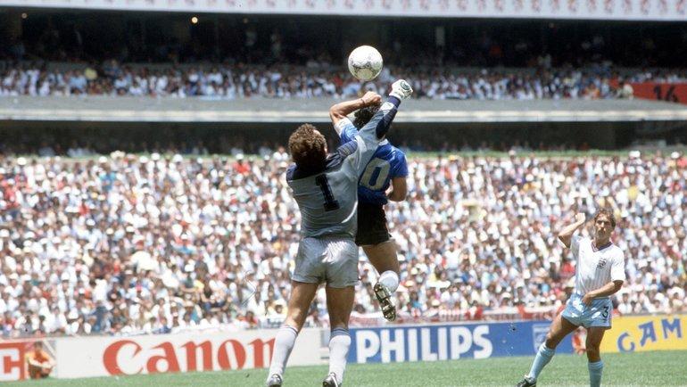 Диего Марадона забивает гол рукой. Фото ФИФА