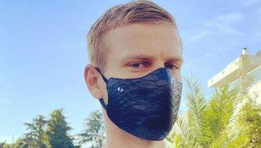 «Коронавирус опасен для крокодилов». Ургант пошутил над Кокориным из-за дорогой маски