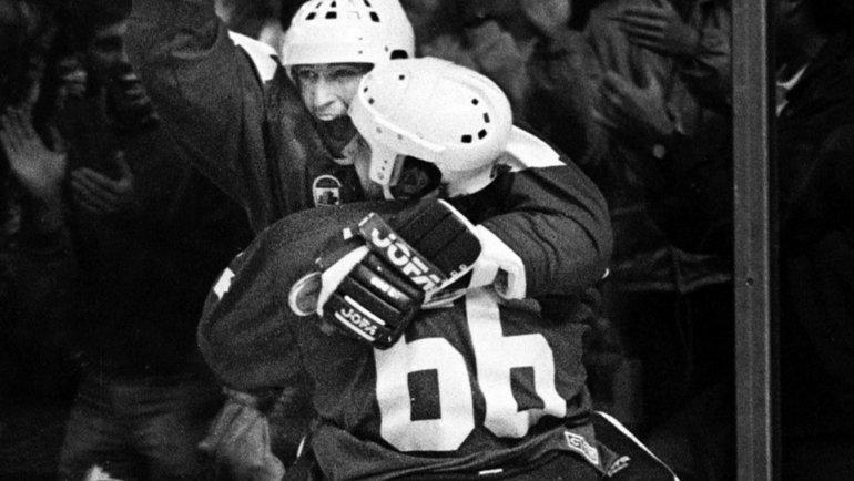 Нападающие сборной Канады Марио Лемье иУэйн Гретцки наКубке Канады-1987. Фото AFP3