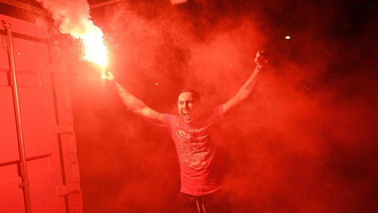 25июня. Ливерпуль. Фанаты «Ливерпуля» празднуют первое с1990 года чемпионство.