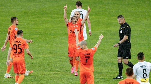 Евгений Башкиров (вцентре) празднует гол вворота «Короны». Фото ФК «Заглембе»