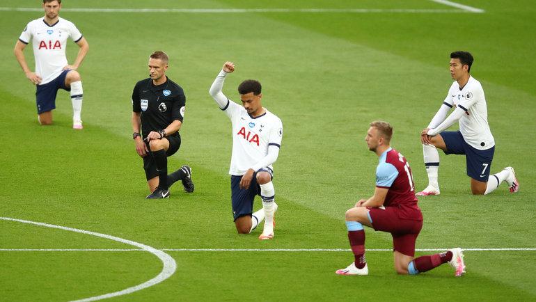 Игроки клубов чемпионата Англии встали наодно колено перед началом матча врамках акции Black Lives Matter. Фото Reuters