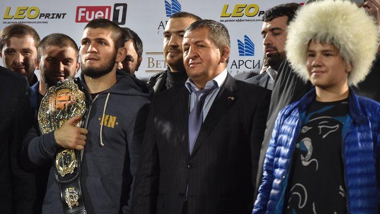 Хабиб Нурмагомедов иАбдулманап Нурмагомедов (поцентру). Фото AFP