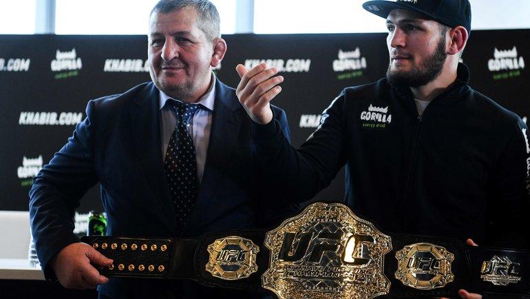 Абдулманап Нурмагомедов (слева) иХабиб Нурмагомедов. Фото AFP