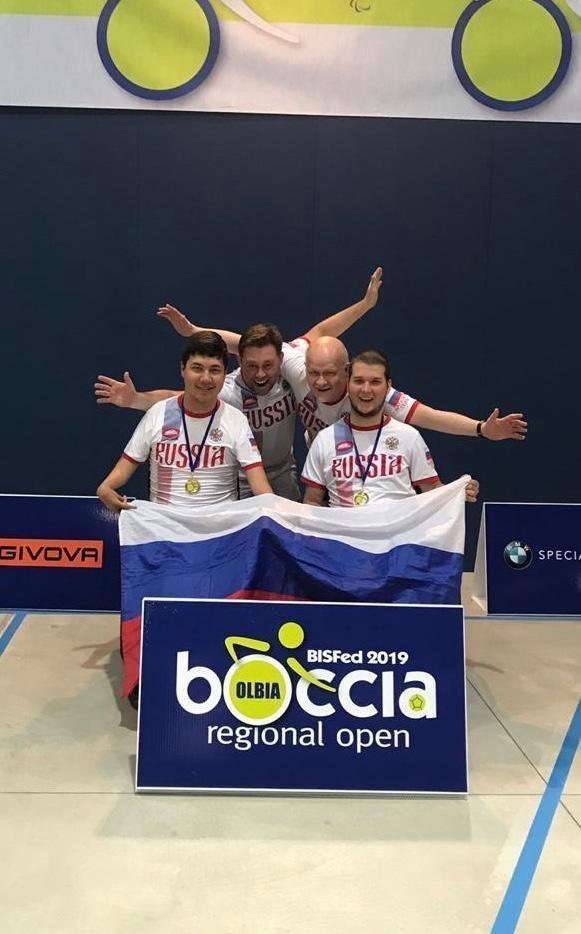 Иван Фролов (справа) сдругими членами паралимпийской сборной России побочча.