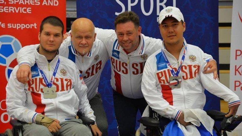 Иван Фролов (слева) сдругими членами паралимпийской сборной России побочча.