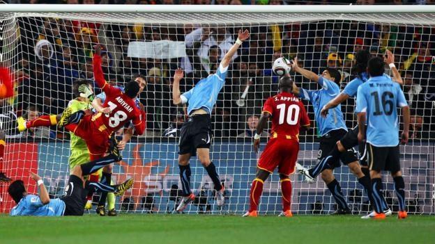 Чемпионат мира-2010. Уругвай - Гана - 1:1, пенальти 4:2. Луис Суарес отбивает руками мяч на последней минуте дополнительного времени. Фото BBC