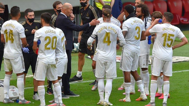 Зинедин Зидан дает установку своим игрокам. Фото AFP