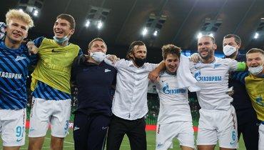 Главный тренер «Зенита» Сергей Семак празднует сфутболистами победу вчемпионате.