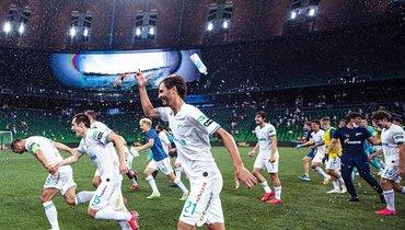 Игроки «Зенита» празднуют победу вчемпионате России наполе вКраснодаре.