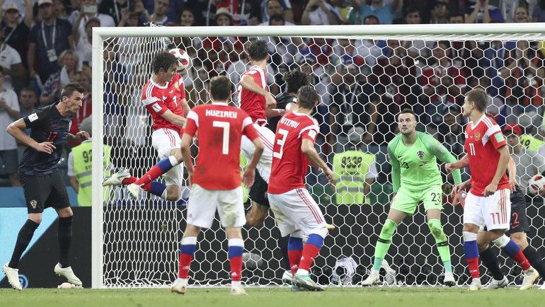 Мариу Фернандес забивает в ворота Хорватии.