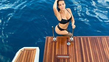 Подруга Роналду показала фото влеопардовом купальнике