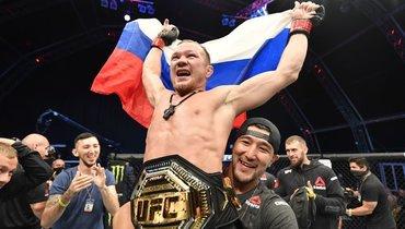 Российский флаг над октагоном. Петр Ян— чемпион UFC!!!