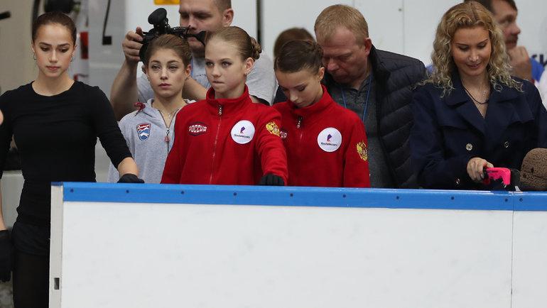 (слева направо) Алина Загитова, Алена Косторная, Александра Трусова, Анна Щербакова, Этери Тутберидзе. Фото Александр Федоров, «СЭ» / Canon EOS-1D X Mark II