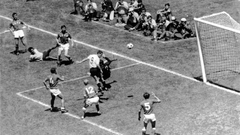 14июня 1970 года. Мехико. Уругвай— СССР— 1:0. 118-я минута. Уругваец Виктор Эспараго забивает победный гол вворота Анзора Кавазашвили вчетвертьфиналеЧМ.