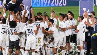 «Реал» качает Зинедина Зидана. Гарет Бэйл стоит встороне.