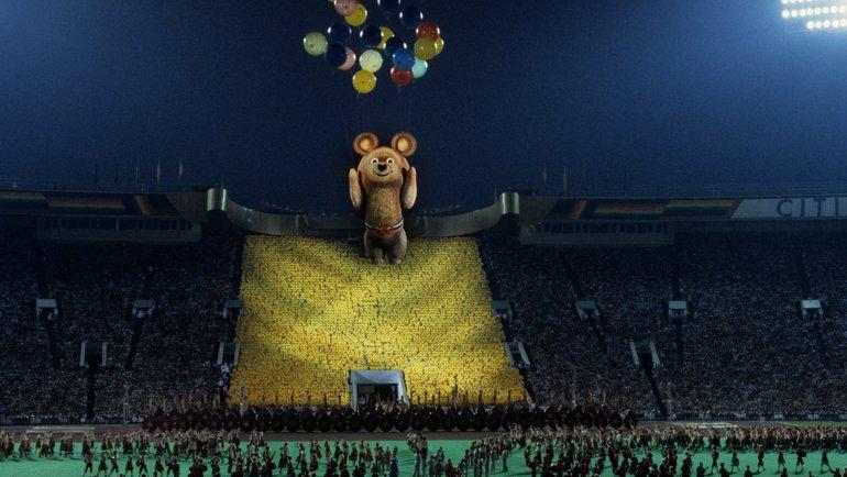 3августа 1980 года. Москва. Олимпийский Мишка улетает изЛужников назакрытии Игр. Фото Сергей Киврин