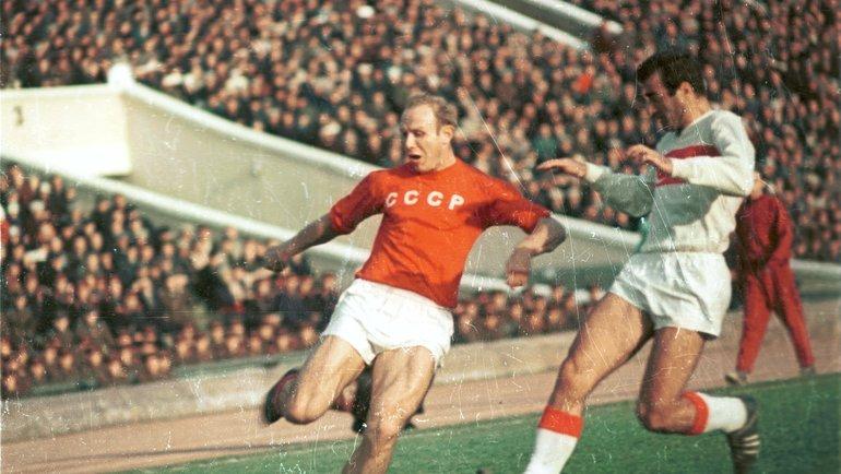 16 октября 1966 года. Москва. СССР - Турция - 0:2. Эдуард Стрельцов (слева). Фото Анатолий Бочинин.