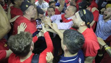 Андрей Ватутин иЦСКА празднуют победу вЕвролиге.
