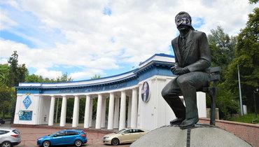 Фанаты киевского «Динамо» завязали глаза напамятнике Лобановскому. Все из-за Луческу