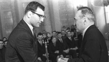 1964 год. Александр Иваницкий получает награду запобеду наОлимпийских Играх вТокио изрук Анастаса Микояна.