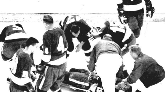 13 января 1968 года. Билл Мастертон ударился затылком об лед после силового приема и не смог подняться. Фото НХЛ