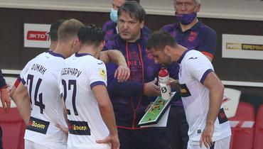 Вадим Евсеев дает установку своим игрокам.