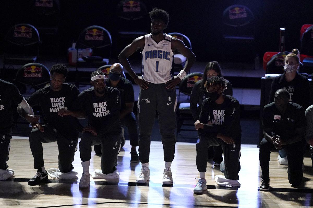 Айзек против Каперника: афроамериканская звезда НБА поставил под сомнение жест сколенопреклонением