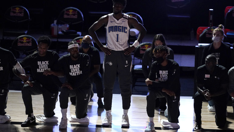 31июля. «Бруклин»— «Орландо»— 118:128. Джонатан Айзек остался стоять вовремя гимна США. Фото USA Today Sports