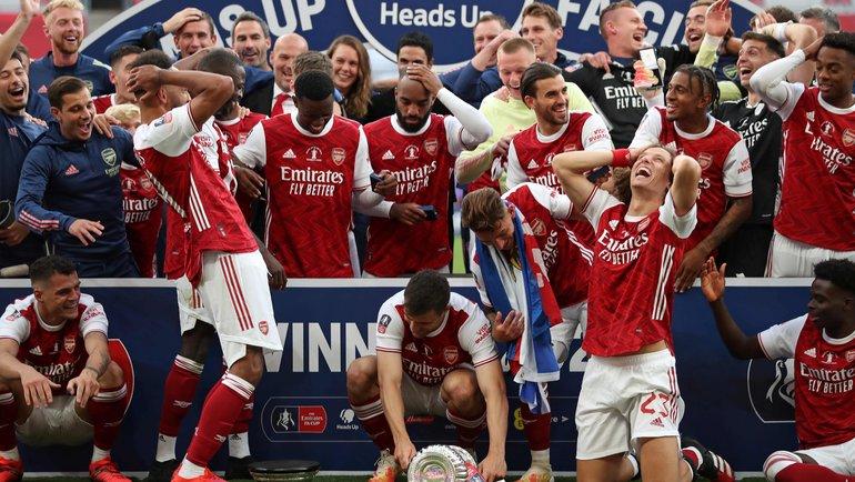 1августа. Лондон. «Арсенал»— «Челси»— 2:1. При праздновании «канониры» разбили трофей. Фото AFP