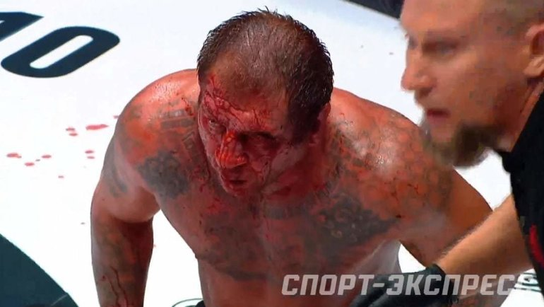 Александр Емельяненко во время боя.